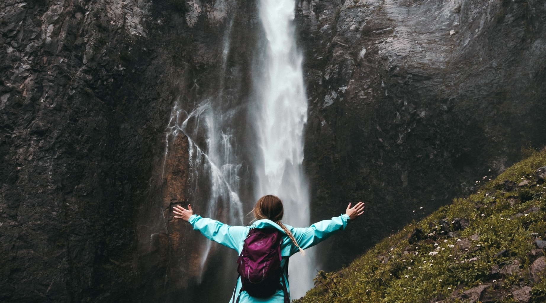 motivational maps, hölgy tárt karokkal vízesés előtt